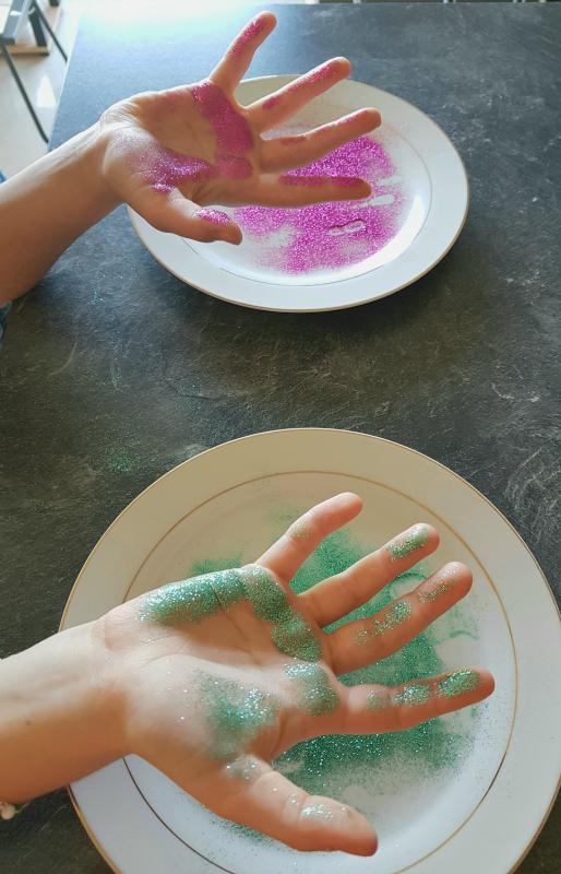germes paillettes sur les mains