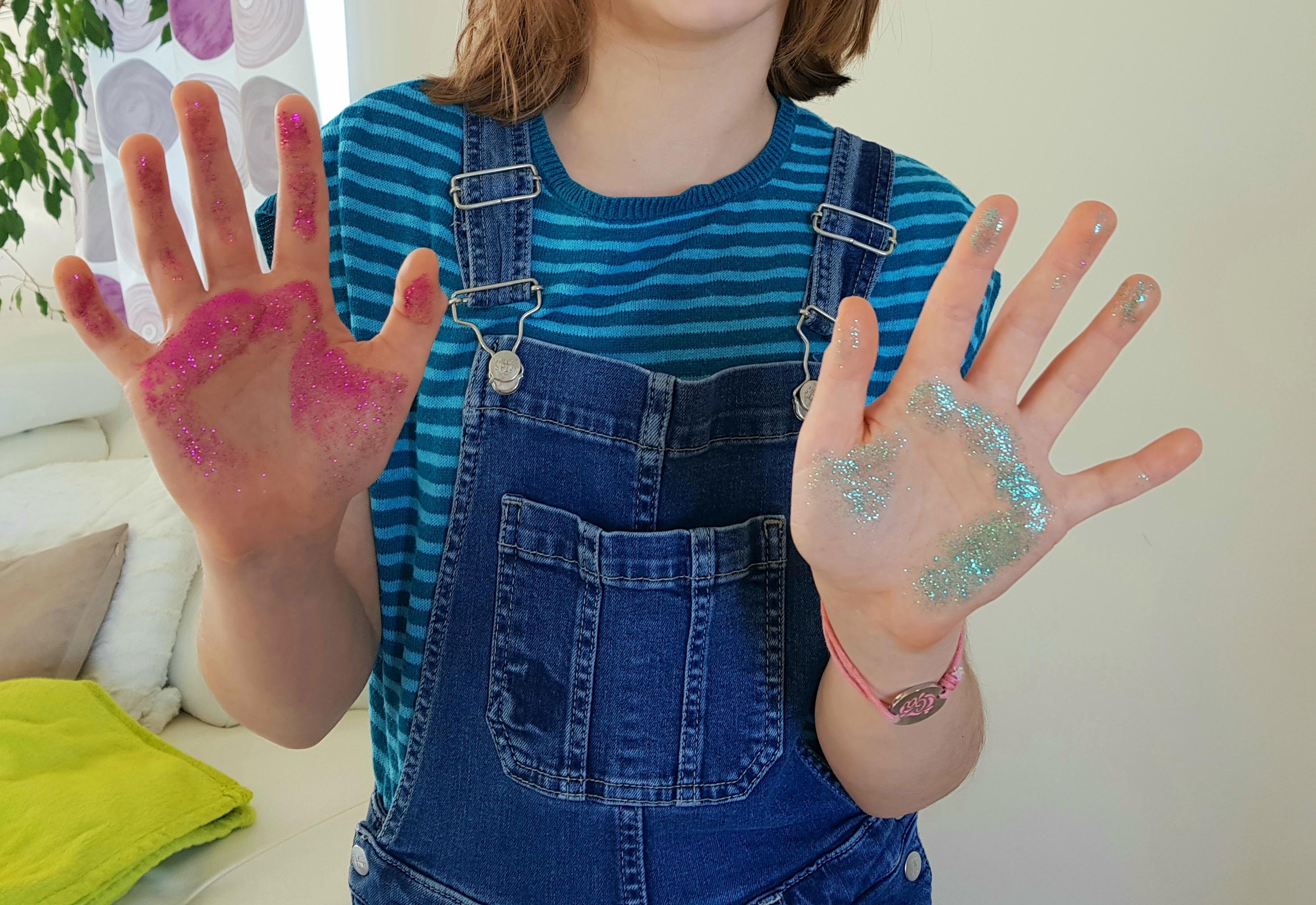 handen besmet met glitter kiemen