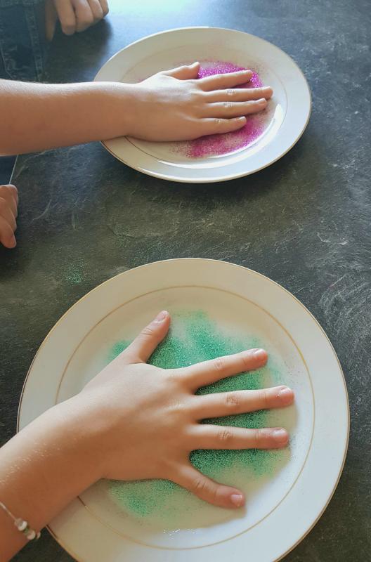 paumes de mains posées sur les paillettes