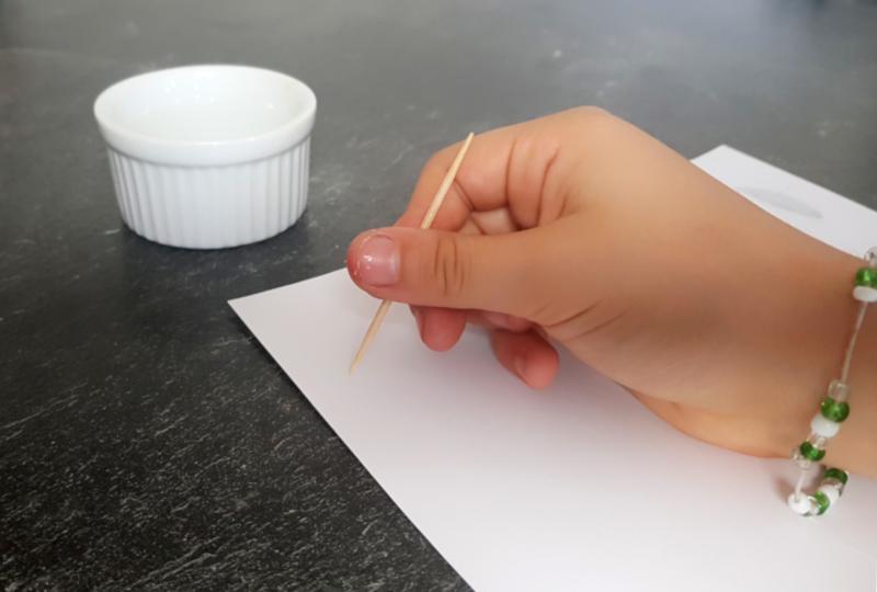 schrijven met onzichtbare uiensap inkt