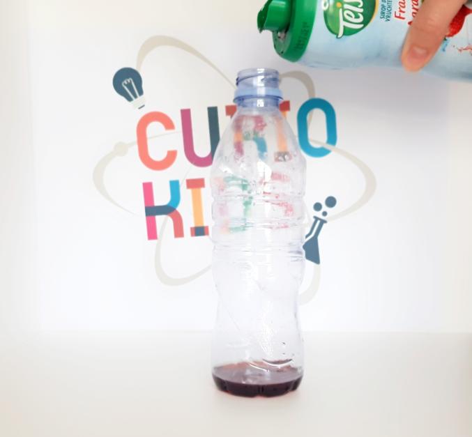 verser la grenadine dans la bouteille