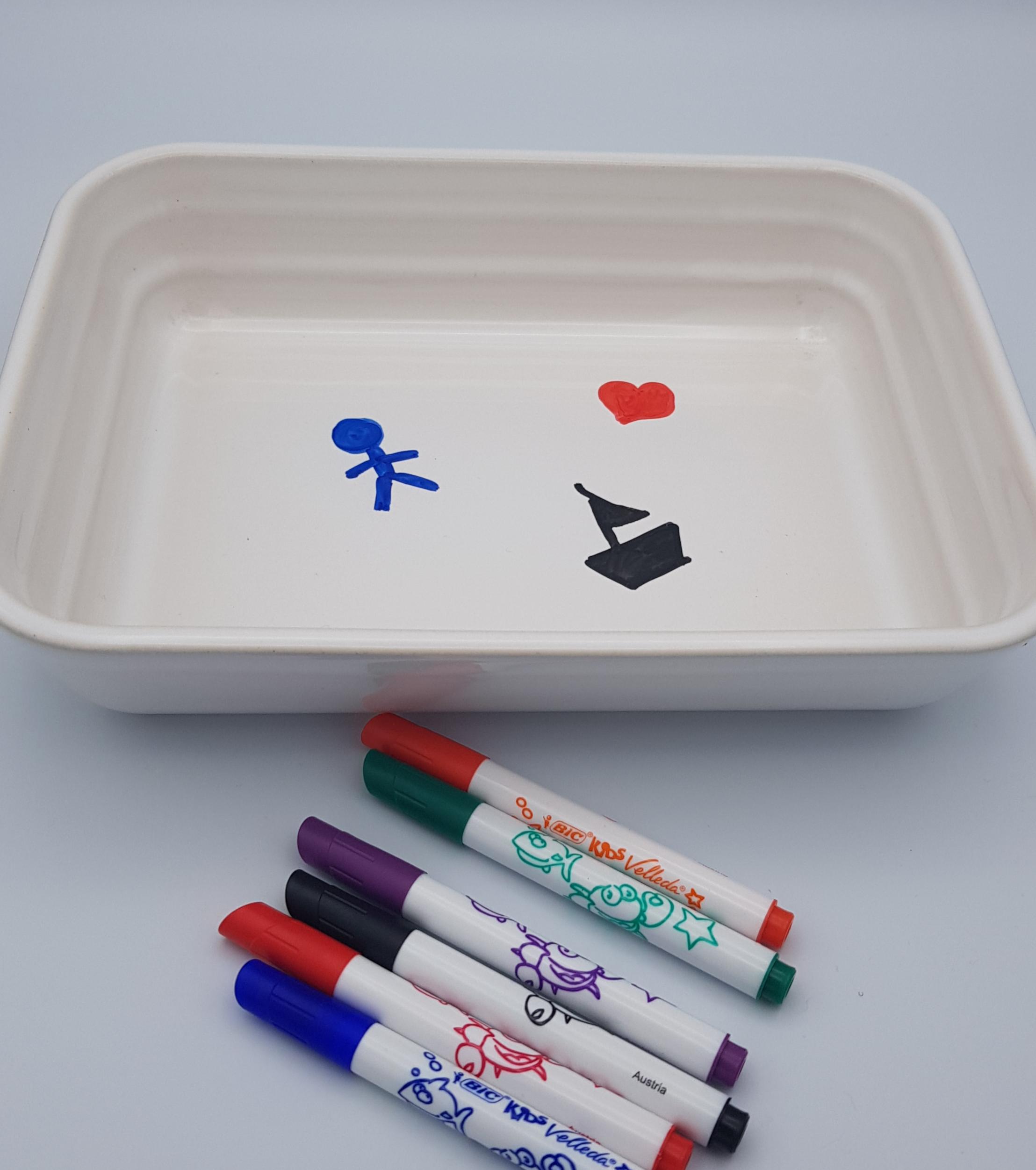 dessine avec un indélébile dans un plat
