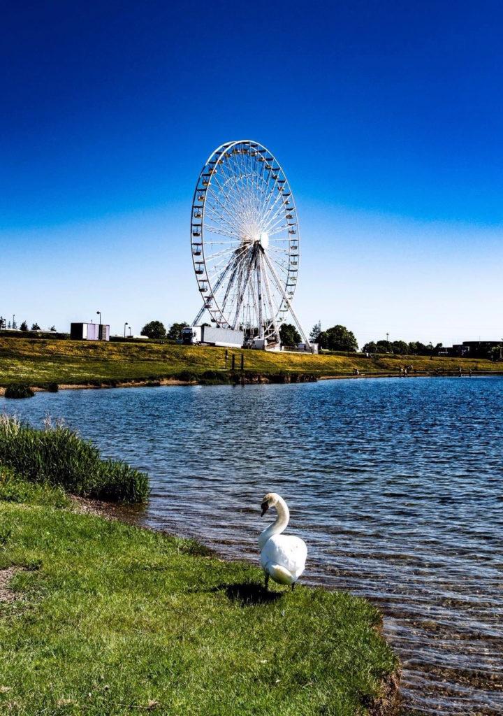 grande roue sur la rive des lacs de l'eau d'heure