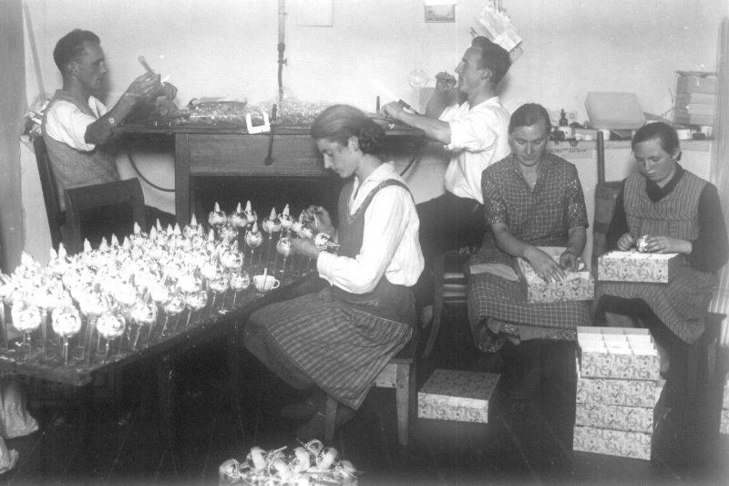1_Christbaumschmuckherstellung um 1920_Curiokids